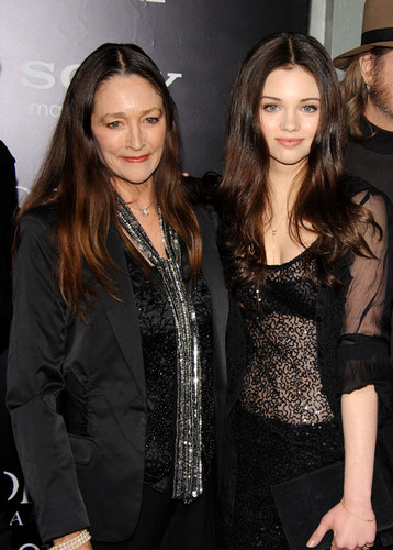 India-Eisley-and-her-mother-actress-Olivia-Hussey-at-Underworld-Awakening-Los-Angeles-Premiere-india-eisley-35943489-358-500.jpg