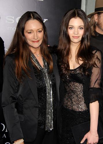 India-Eisley-and-her-mother-actress-Olivia-Hussey-at-Underworld-Awakening-Los-Angeles-Premiere-india-eisley-35943489-358-500.jpg